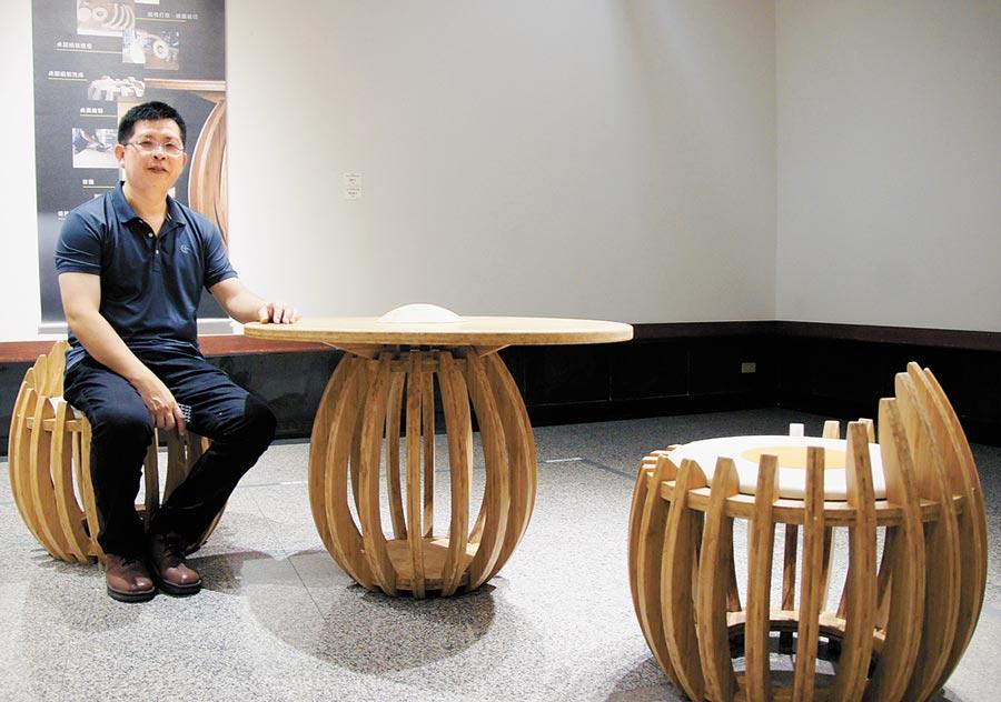 吳明錩蛋型桌椅的竹材美學應用在生活中,展現傳統竹雕與竹材應用美學。(陳世宗翻攝)