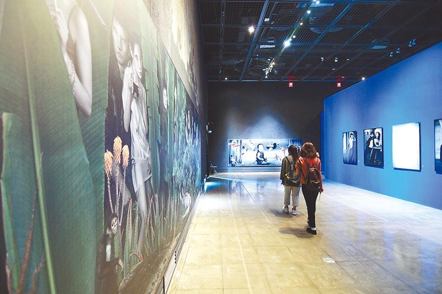 台東藝文界對於在地藝術家作品無法在台東美術館展出感到不平,圖為美術館正在展出的李小鏡個展。(莊哲權攝)