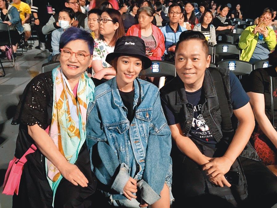 張小燕(左)數月前與孟耿如一起出席黃子佼演唱會,如今將擔任兩人「媒人」。(資料照片)