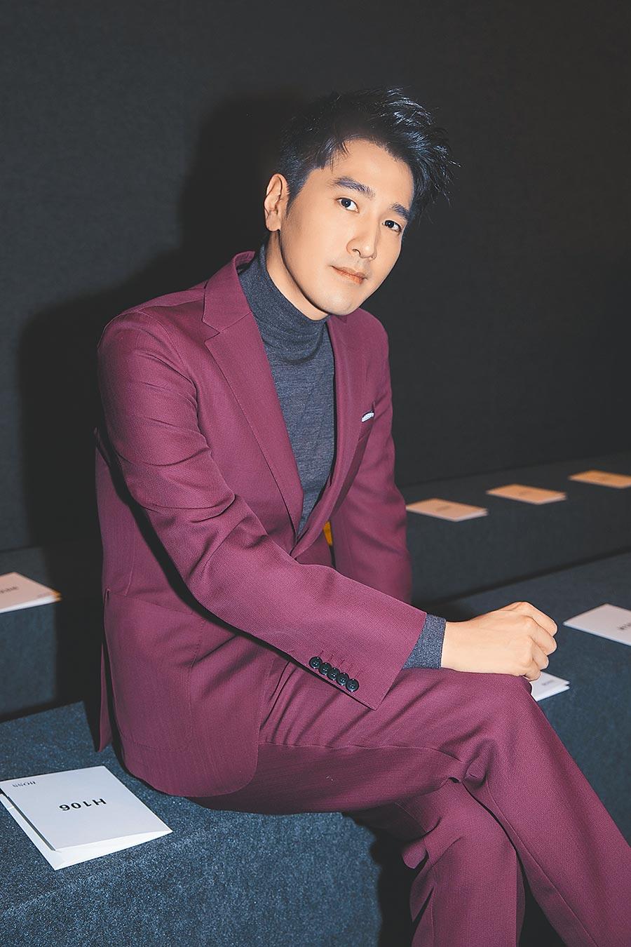 趙又廷出席BOSS紐約秀時,身穿品牌酒紅色西裝配灰色高領針織,知性又優雅。(CFP)