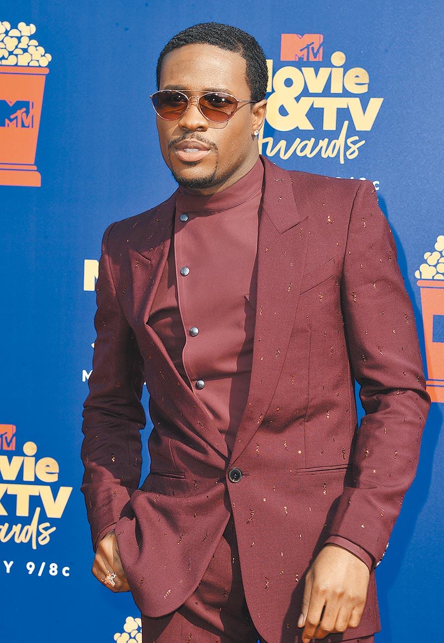 美國男星沙梅克摩爾出席MTV電影電視獎時,身穿Givenchy酒紅色西裝一派瀟灑。(美聯社)