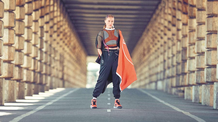 Jordan近期與巴黎聖日耳曼足球俱樂部再度合作,推出一系列集時尚、性能與創新的聯名,服飾上的圖案受到Air Jordan VI的設計及Infrared配色靈感啟發。(Jordan提供)