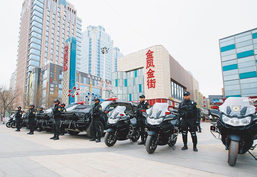 3月9日,銀川市公安局特警支隊鳳城特戰隊的隊員在銀川金鳳萬達廣場向市民進行掃黑除惡宣傳。(中新社)
