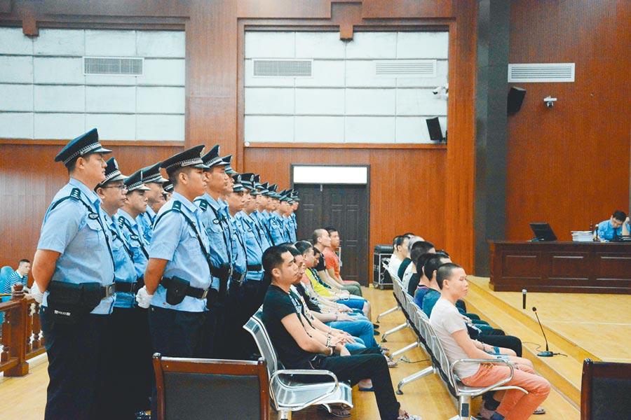 2018年4月25日,廣西北海市海城區人民法院公開審理一起重大涉黑案件,23名被告人涉嫌組織、領導、參加黑社會性質組織罪,開設賭場、故意傷害罪等9項罪名。(中新社)