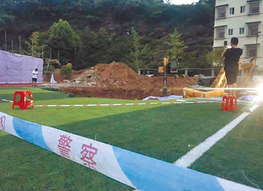 湖南警方在學校拉起封鎖線。(取自澎湃新聞)