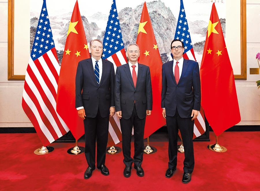 3月29日,大陸國務院副總理劉鶴(中)與美國貿易代表萊特希澤(左)、財政部長努欽(右)在北京共同主持第八輪中美經貿高級別磋商。(新華社)