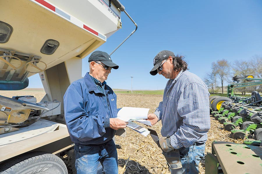 美國農民期望中美貿易能早日跨過寒冬。圖為4月24日,美國愛荷華州農場主人核對種子購買紀錄。(新華社)