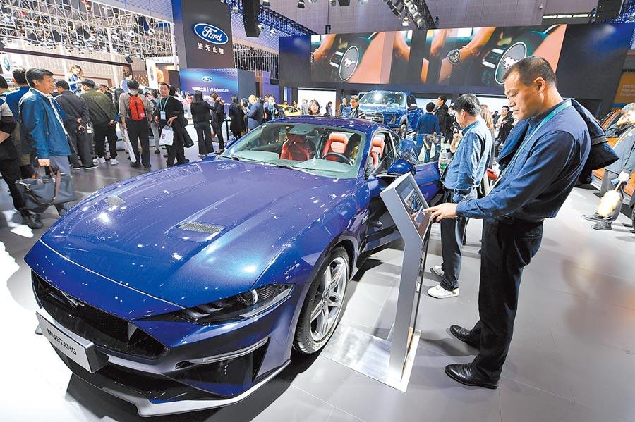 中美貿易戰將縮小打擊面。圖為2018年11月7日,民眾在上海進博會參觀美國福特公司跑車。(新華社)