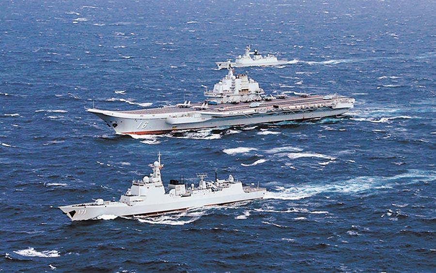 大陸遼寧艦編隊由南海經台灣海峽北返,我軍全程監偵。圖為遼寧艦航母編隊航行情形。(取自中國軍網)