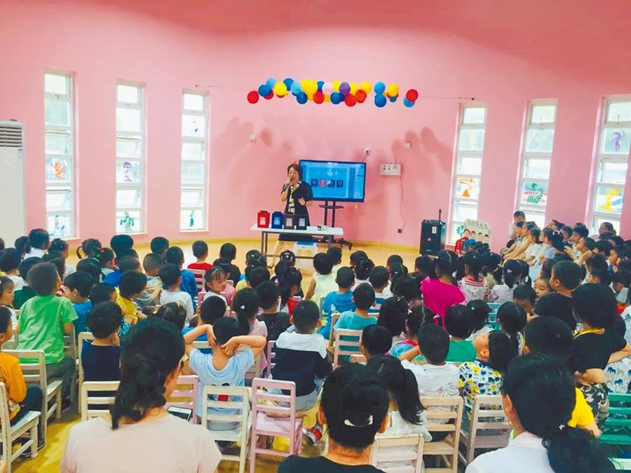 台胞黃瓊瑤在上海一所幼兒園教導小朋友垃圾分類。(黃瓊瑤提供)