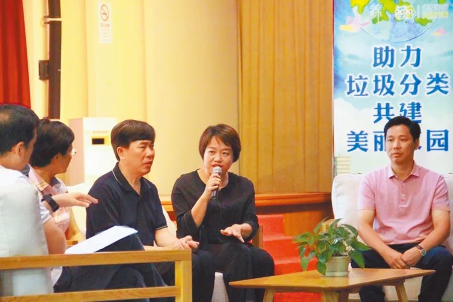 台胞黃瓊瑤(右二)在上海經常應邀參加垃圾分類的講座。(黃瓊瑤提供)