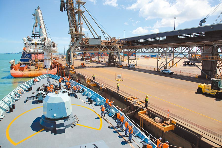 大陸海軍黃山艦2018年抵達澳洲達爾文港,參加多國海上聯合演習。(中新社資料照片)