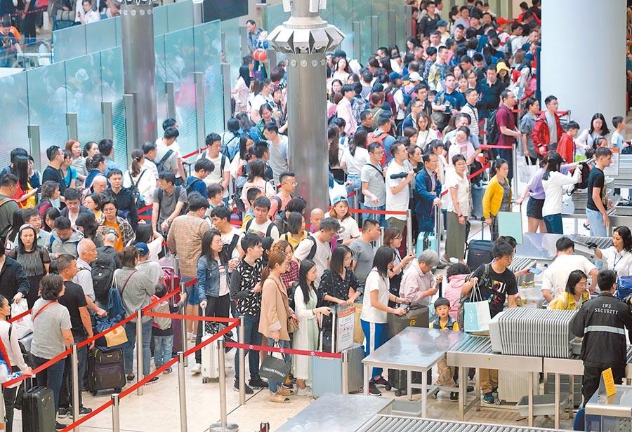 港深高鐵將「地鐵化」,圖為五一假期高鐵香港西九龍站迎來眾多返程遊客。(中新社資料照片)
