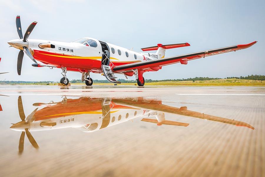 4月28日,江西省首家短途運輸航空公司──江西快線首航,也標誌著南昌至贛州通勤航線開通。(中新社)
