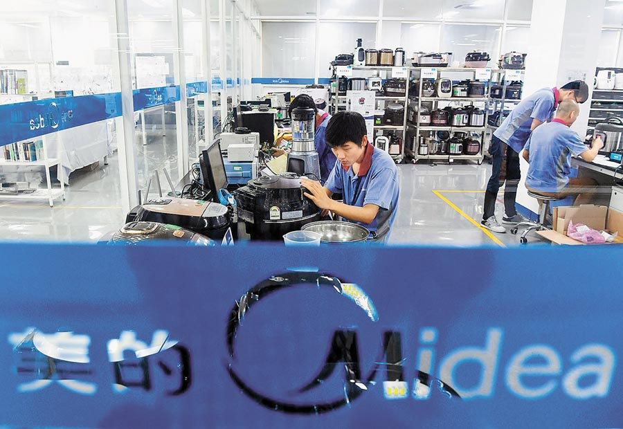 位於廣東佛山美的生活電器測試中心,技術人員對產品進行測試。(新華社資料照片)