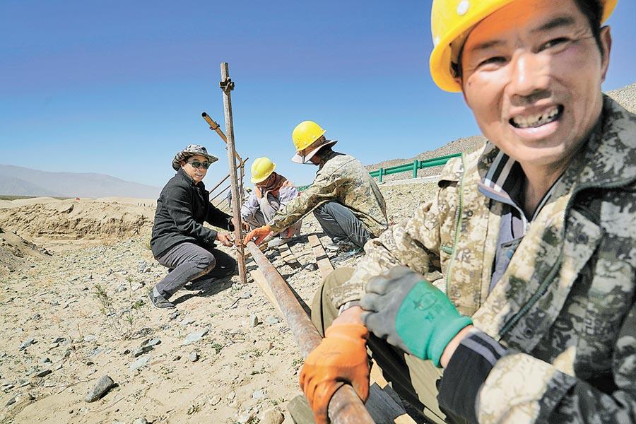 2018年10月17日,工作人員在拉薩扎囊國家沙漠公園施工。(新華社)