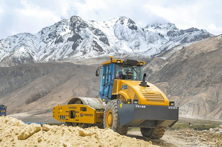 6月13日,新疆改擴建中巴公路布倫口至紅其拉甫段施工現場。(新華社)