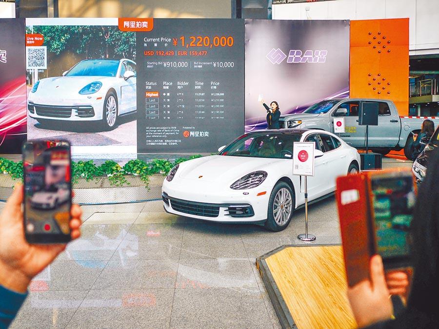 大陸消費金融邁入比拚競爭力下半場。圖為2018年天津濱海國際汽車城舉辦雙12拍賣活動。(中新社)