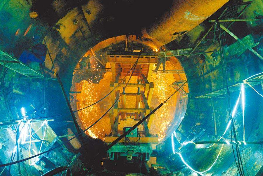 2018年8月21日,廈門地鐵3號線的工人在用氣焊設備拆除盾構機的隔板。(新華社)