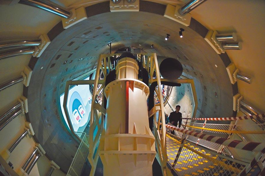 民眾在廣州地鐵博物館內參觀盾構機模型。(新華社資料照片)