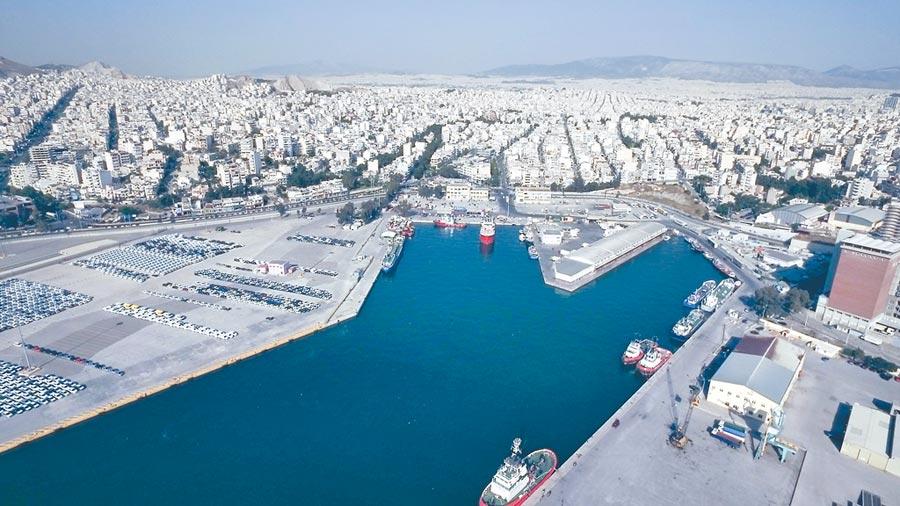 2017年5月3日拍攝的希臘比雷埃夫斯港汽車碼頭。(新華社)
