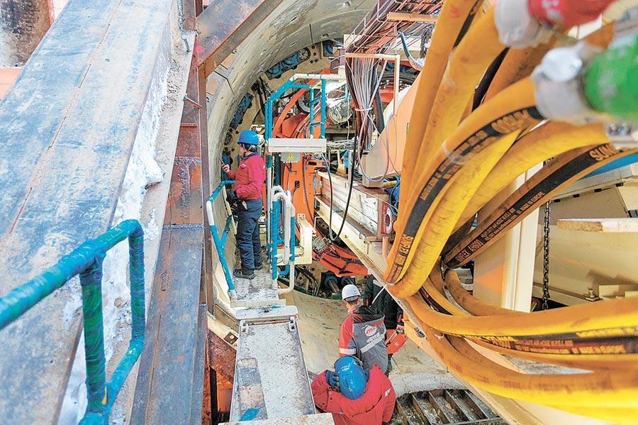 1月25日,中國鐵建的工人在莫斯科地鐵工程中工作。(新華社)