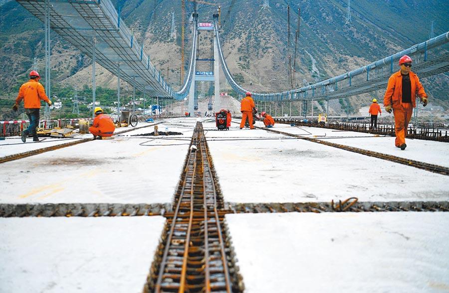 2018年4月27日四川瀘定,雅康高速公路的興康特大橋橋面板安裝完成。(中新社)