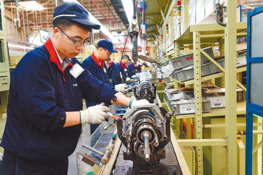 工人在一家汽車變速箱生產企業的生產線上工作。(新華社資料照片)