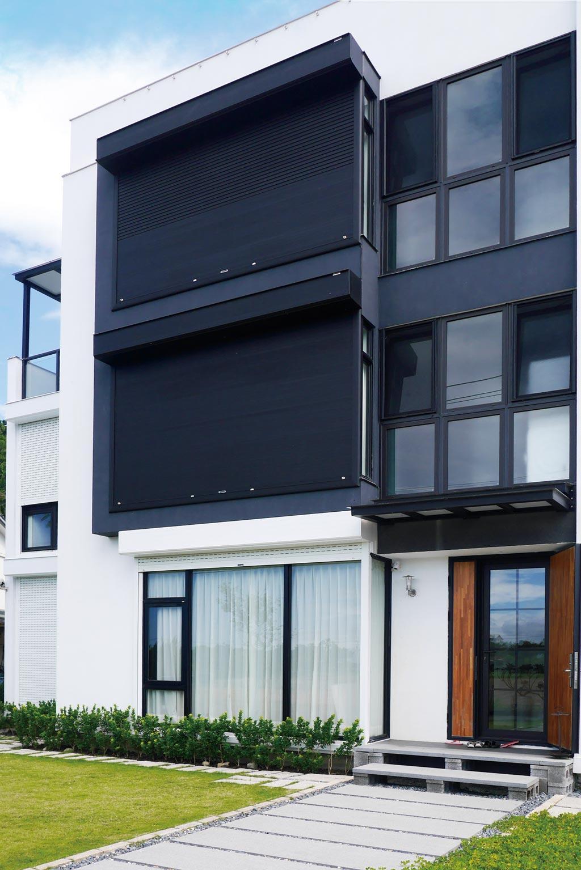 元誠耐盾捲窗附有T型鉤裝置的「防颱」捲窗,經SGS測試,最大承受拉力為1,000公斤。圖/業者提供