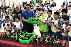 草屯國小將採收蔬菜捐給創世 供植物人餐食