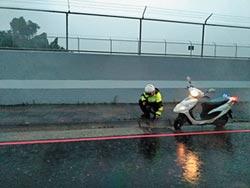 正港人民保母 警冒雨清水溝蓋