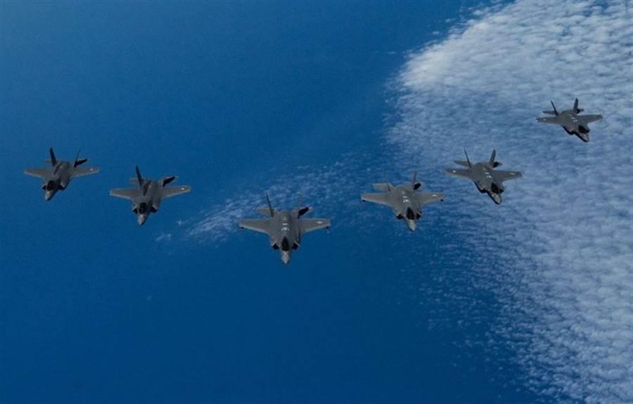 來自美英以3國的3種不同款F-35系列戰機同場競技,不僅是F-35服役以來的首次,在空軍歷史上也無前例。(圖/美國空軍)