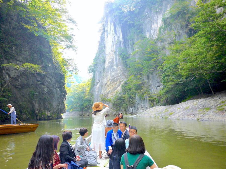 猊鼻溪是東北著名景點之一,遊客可乘舟悠悠欣賞壯觀景色,且四季的猊鼻溪各有不同的美麗風情。(何書青攝)