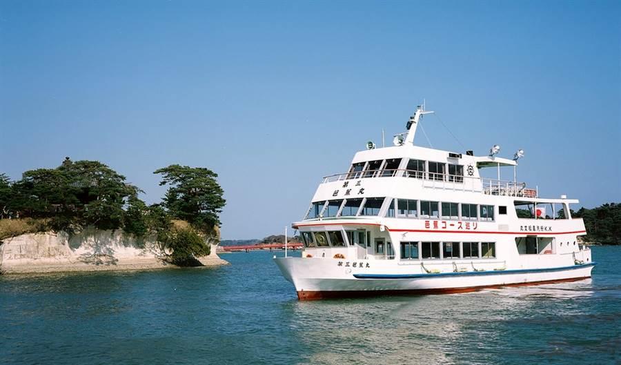 松島為日本三大名景之一,可搭乘遊船,近距離觀賞海浪沖蝕島嶼的自然樣貌。(雄獅旅遊提供)