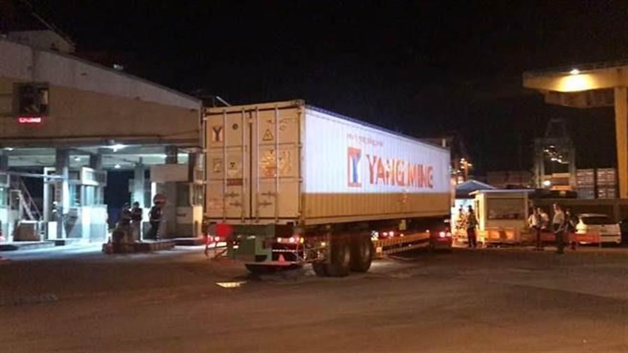 第3批核四燃料棒於27日凌晨從核四廠運出,台電將240束的燃料棒,分12輛陽明海運的貨櫃車送往基隆港西19碼頭,並將運往美國。(張穎齊攝)