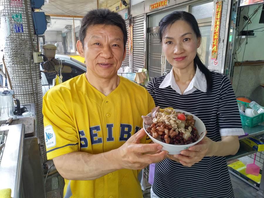 蕭國明、陳秀玲夫妻在台南鹽水經營古早味剉冰店已經有20年歷史,配料都是手工熬煮,口味獨特,夫妻倆還有神似成龍、張瓊姿的明星臉。(莊曜聰攝)