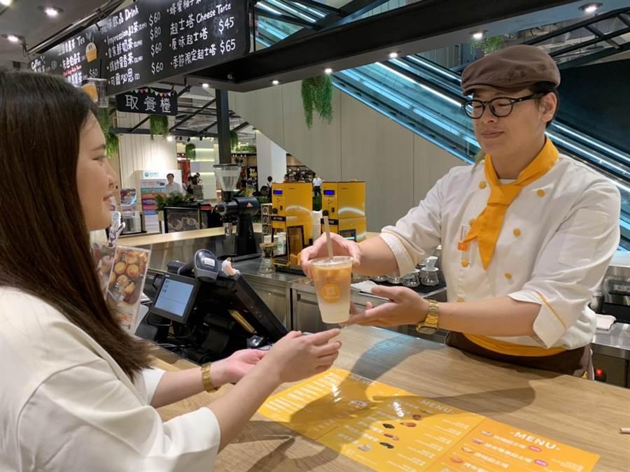 中壢大江購物中心餐飲業者,提供紙吸管代替塑膠吸管。(呂筱蟬攝)