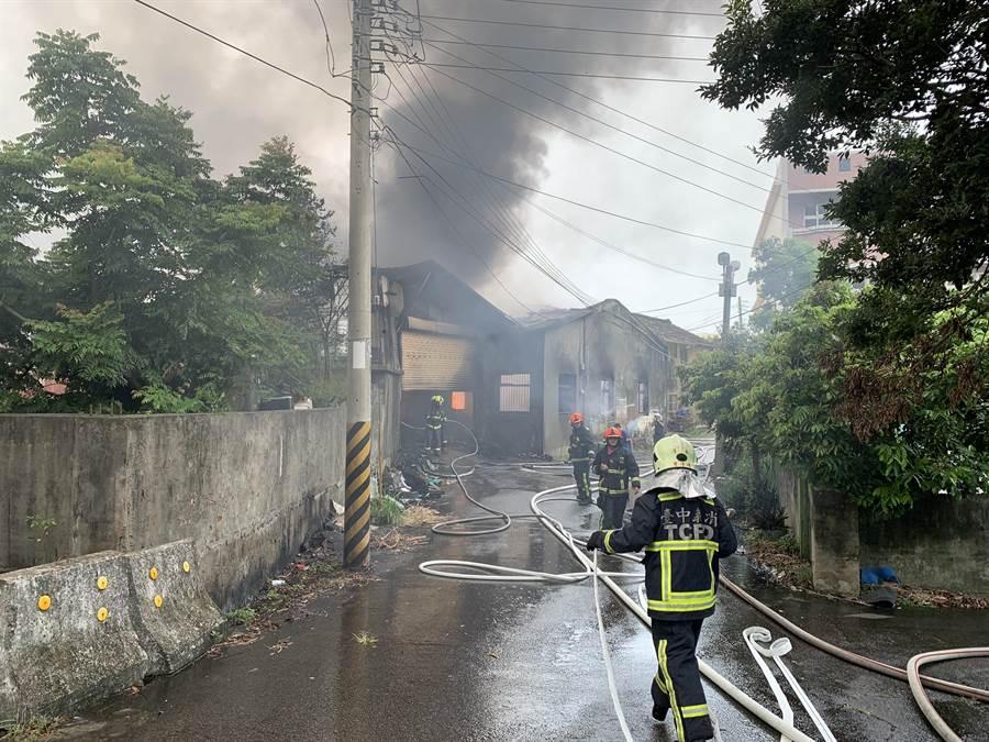 台中清水巷弄內的泡棉工廠失火,狹窄道路濃煙密布。(王文吉翻攝)