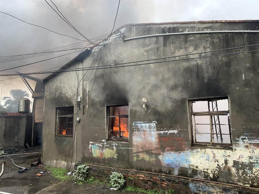 因泡棉工廠內存放大量易燃物,消防人員到場時已全面燃燒。(王文吉翻攝)