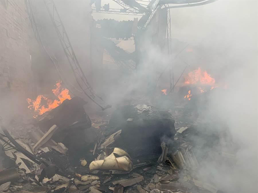 泡棉工廠失火,迅速將石棉瓦屋頂燒塌。(王文吉翻攝)