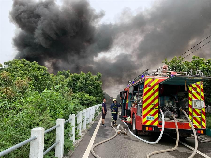 消防隊員兵分多路布設水線,灌救泡棉工廠大火。(王文吉翻攝)