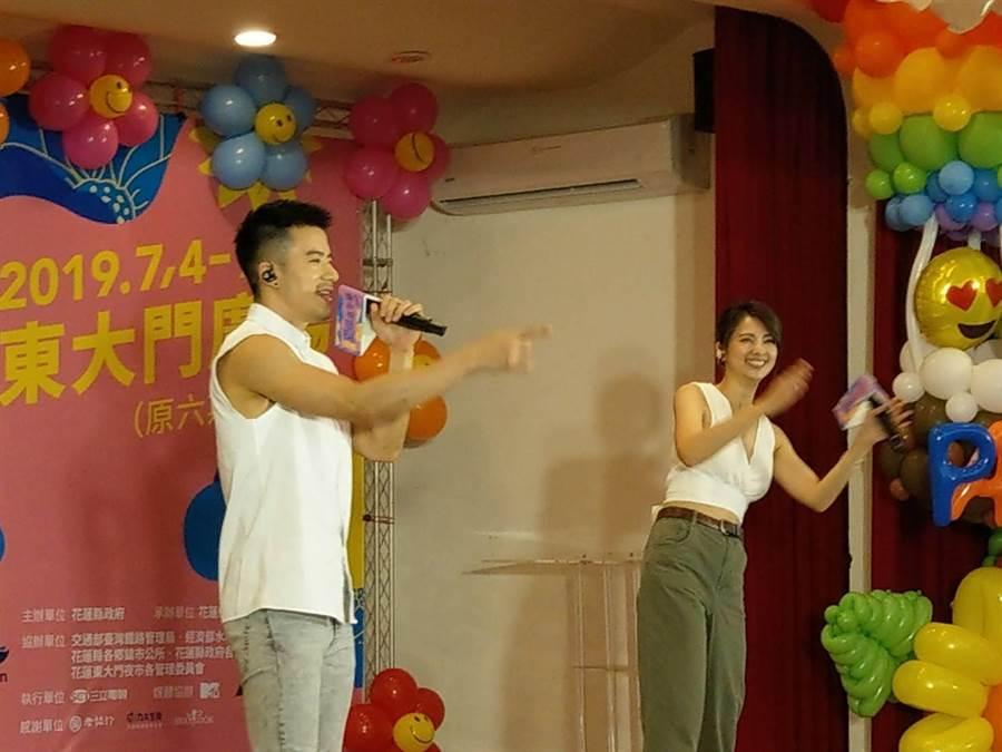 藝人JR紀言愷與「宅男女神」阿喜(右)忘情演唱,大受好評。(范振和攝)