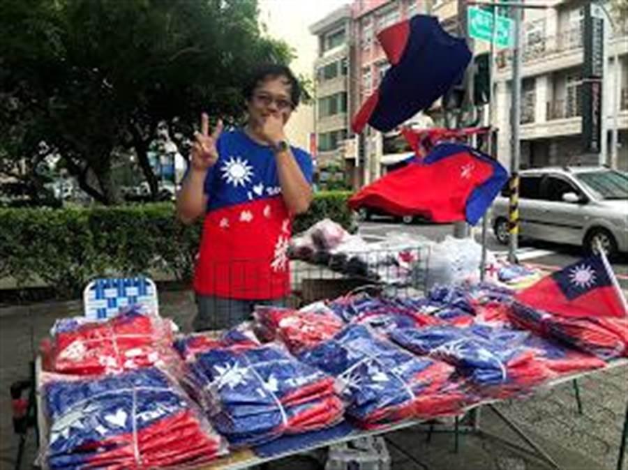 來自台中的曾姓攤商27日擺出自行設計的衣飾,將擺攤至30日造勢大會,一路相挺韓國瑜。(莊旻靜攝)