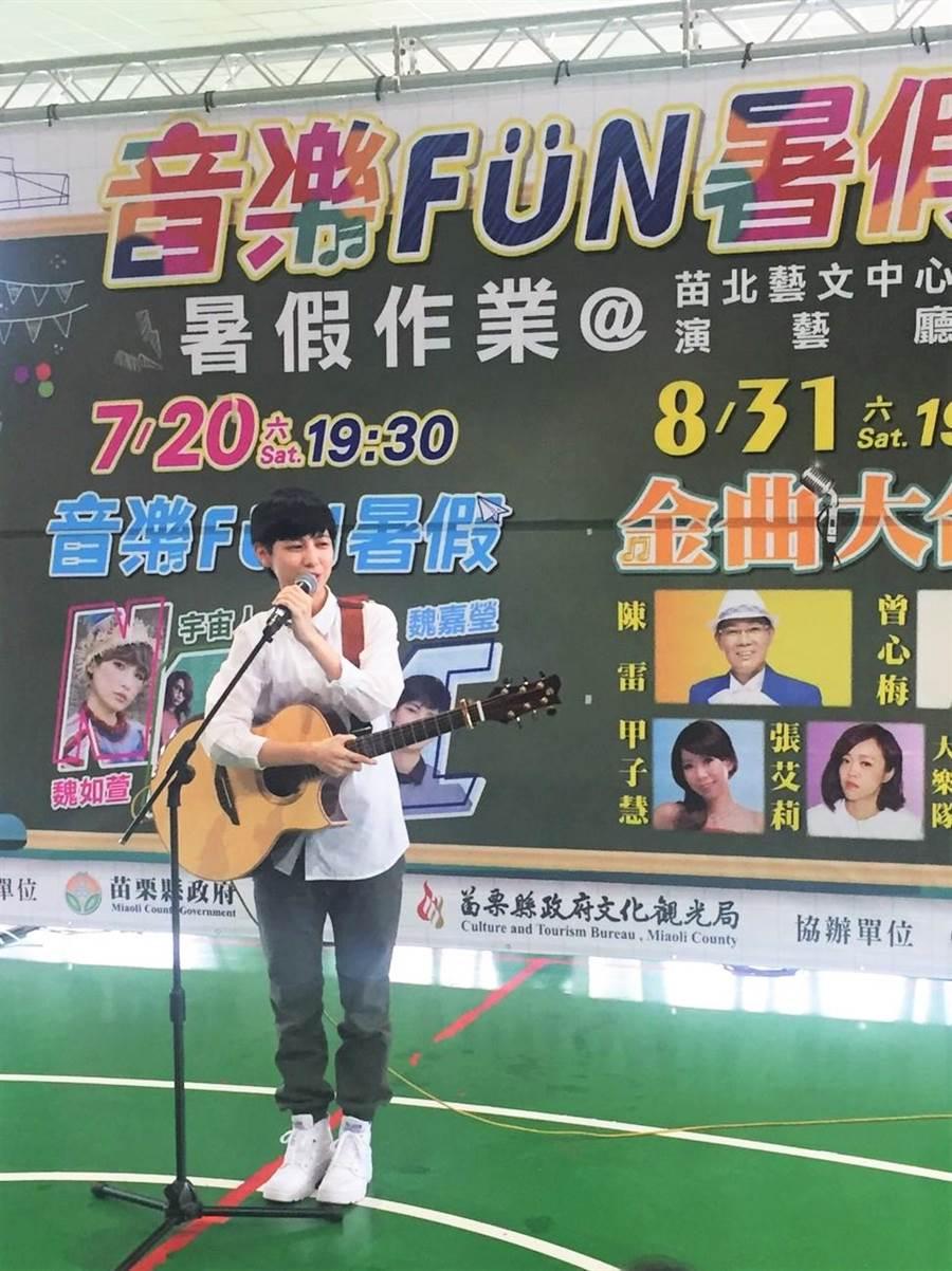 新生代創作女歌手魏嘉瑩清新嗓音讓現場學生聽得如癡如醉。(何冠嫻翻攝)
