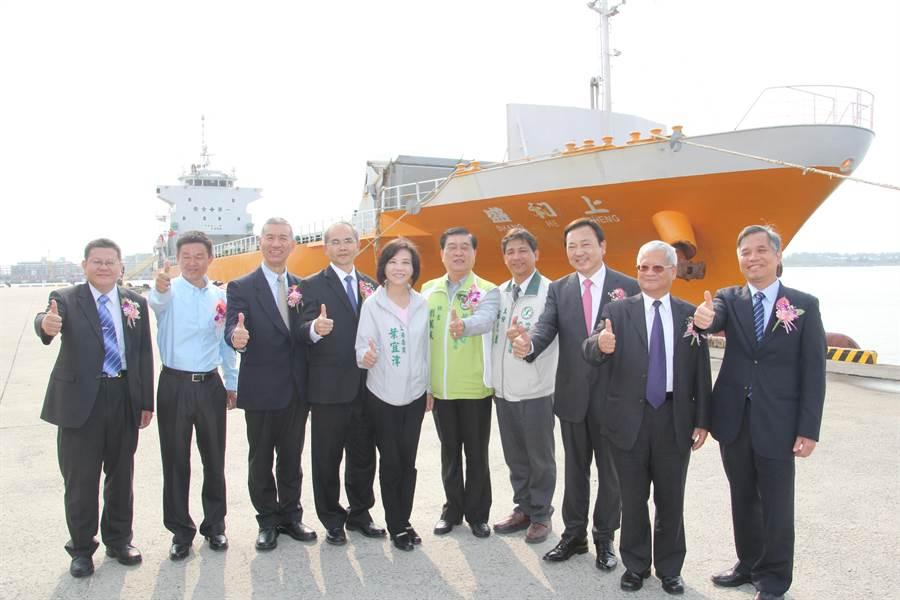 當年上和盛輪小三通首航到廈門,包括民進黨立委葉宜津與台南市政府官員都到場見證。(本報資料照)