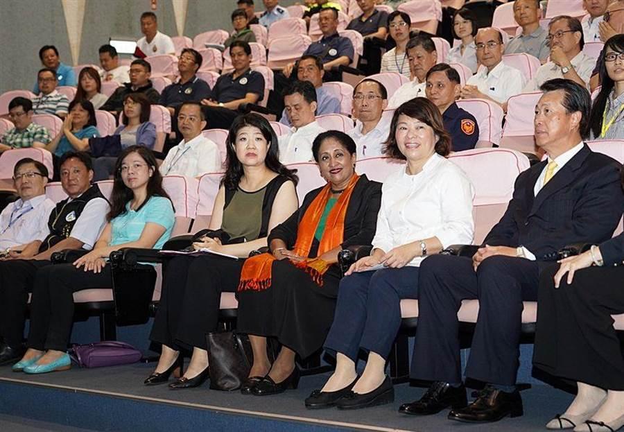 嘉義市長黃敏惠(右二 )歡迎美國性別暴力研究學者Mangai Natarajan(右三)來嘉傳授經驗。(廖素慧攝)