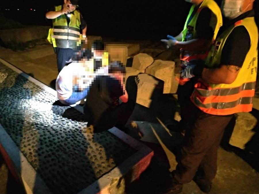 金湖警方在尚義海堤尋獲失聯林女,解除暗夜尋人的緊張狀況。(警方提供)