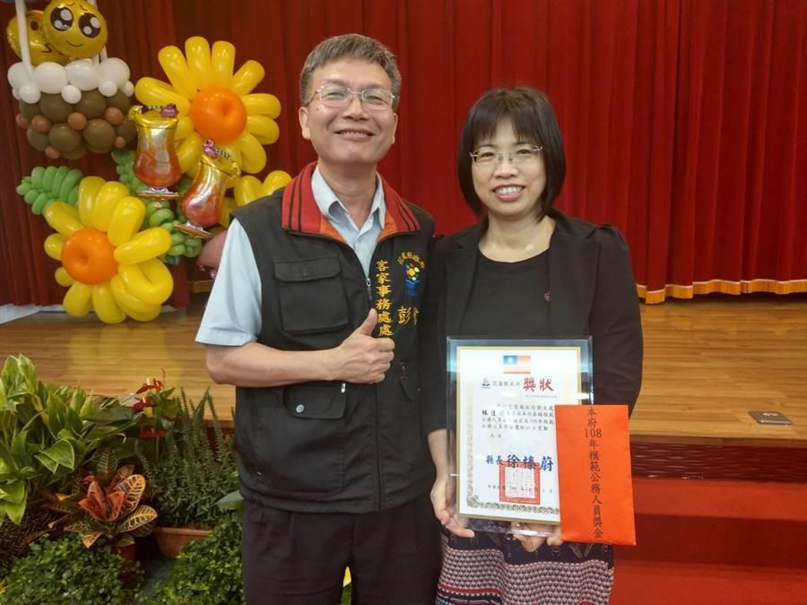 花蓮政府客家事務處長彭偉族(左)特別恭喜觀光處專員林佳陵(右)拿下模範公務人員獎。(范振和攝)