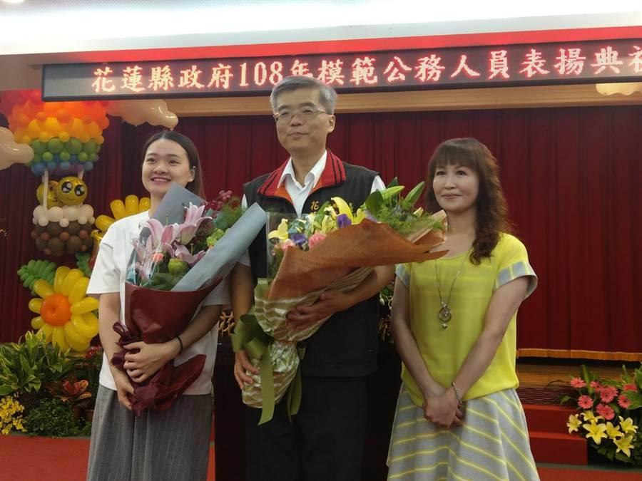 花蓮市戶政事務所主任吳俊毅(中) 接受同仁獻花致意。(范振和攝)