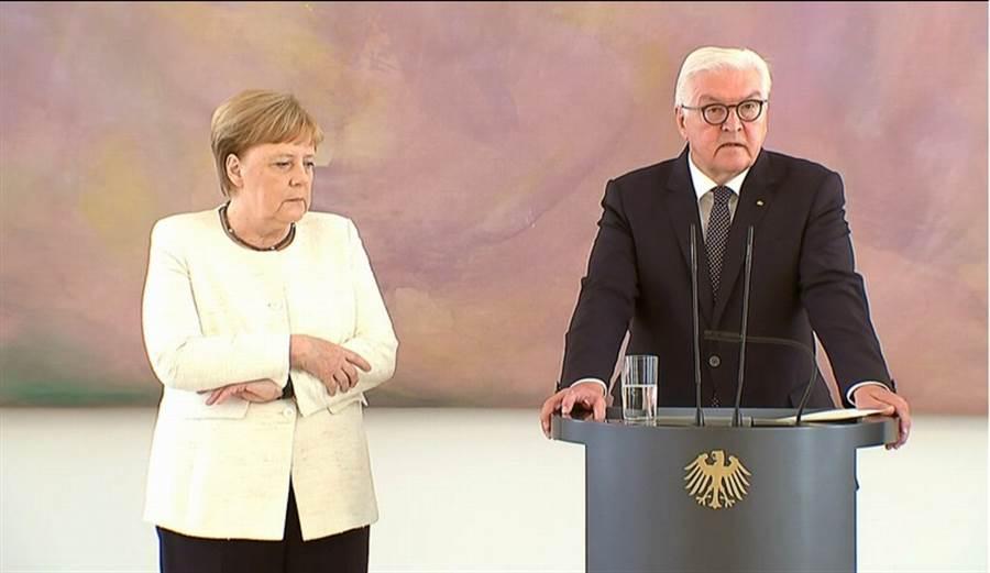 德國總理梅克爾(左)6月27日在柏林與總統史坦麥爾(Frank-Walter Steinmeier)出席記者會時,身體再度出現劇烈抖動的狀況。(路透)